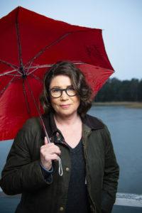 Kirjailija punaisen sateenvarjon alla tammikuussa 2020.